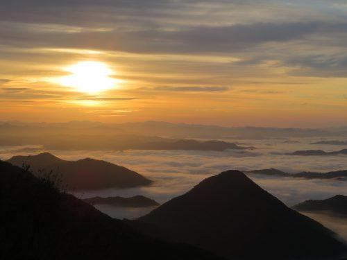 太陽が昇り始めのころの雲海